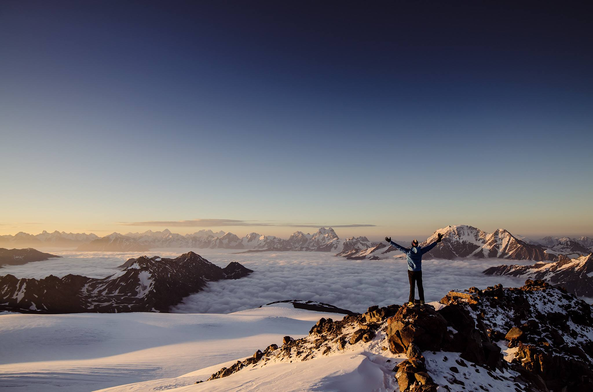 Człowiek na szczycie gór