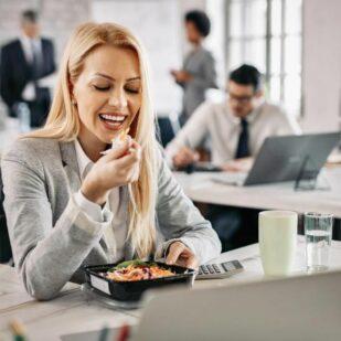 Dieta do biura – idealne rozwiązanie dla zabieganych