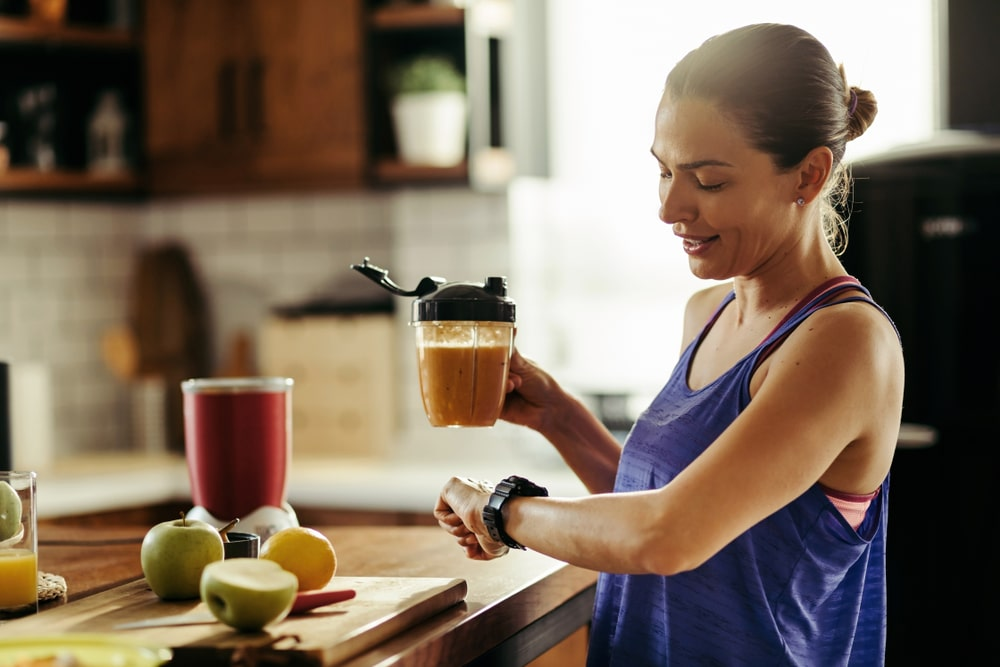 Kobieta kontrolująca regularne posiłki