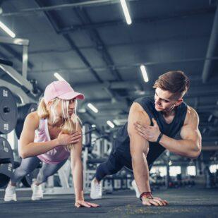 Para wykonuje ćwiczenia na spalanie tłuszczu bez utraty mięśni