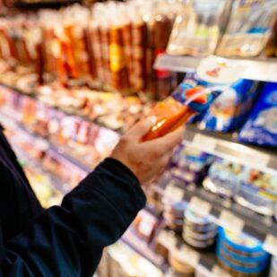 Mężczyzna sprawdza konserwanty w żywności