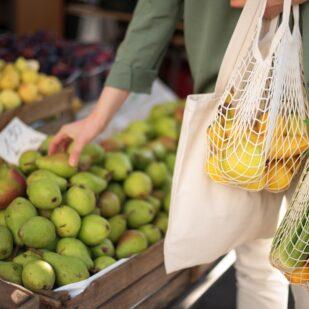 Kobieta na zakupach z siatką eko