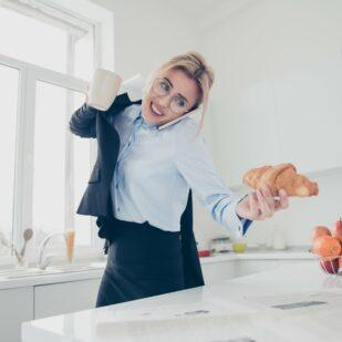 Kobieta jedząca w pośpiechu jako przykład złych nawyków żywieniowych