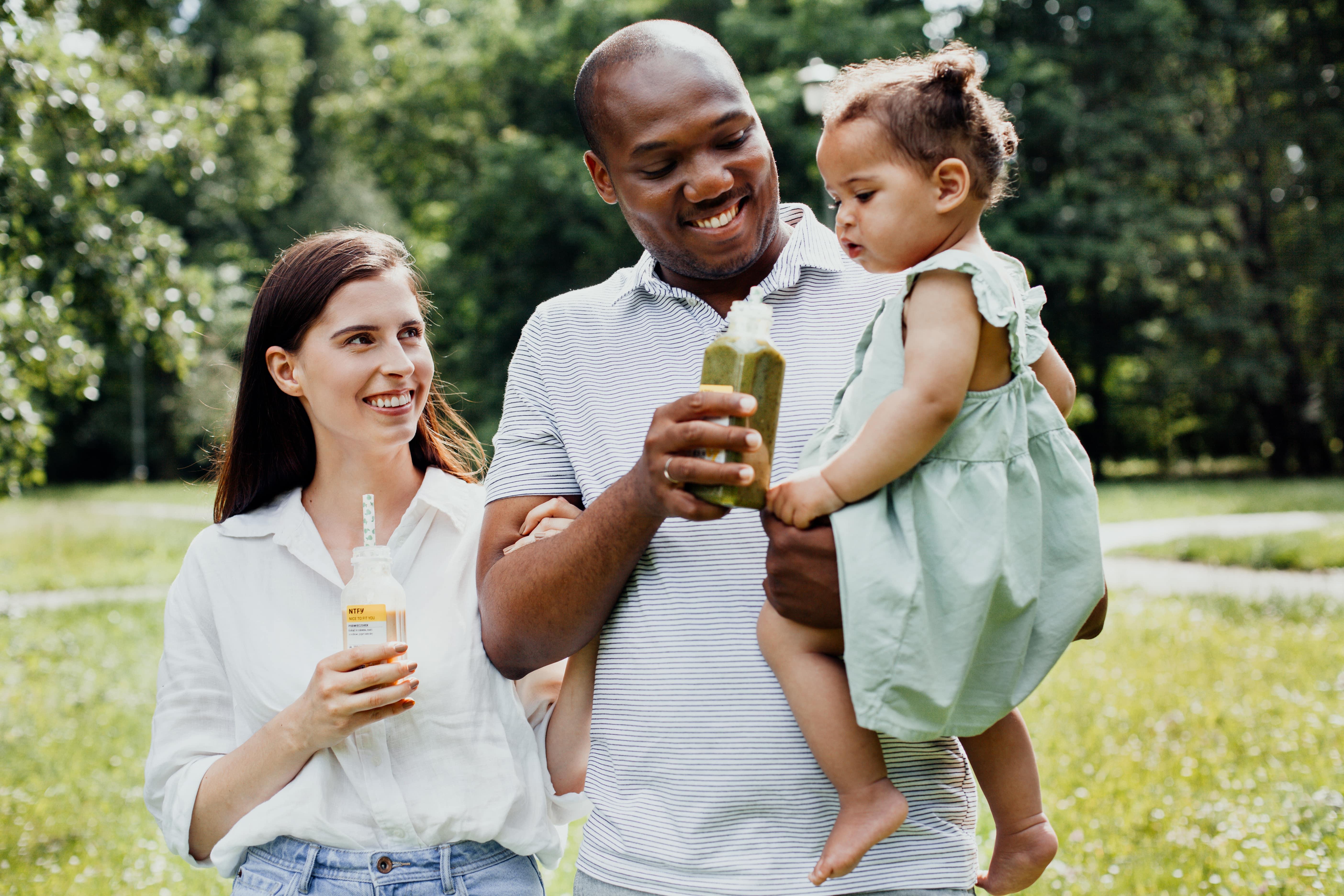 rodzina matka karmi piersia dziecko jedzac zdrowa diete