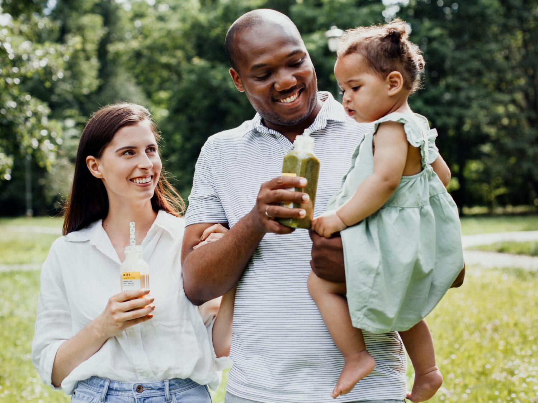 rodzina sie usmiecha zdrowo je posilki catering nice to fit you dziecko usmiech
