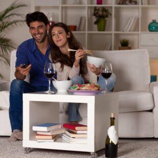 Para ogląda najlepsze seriale podczas kolacji