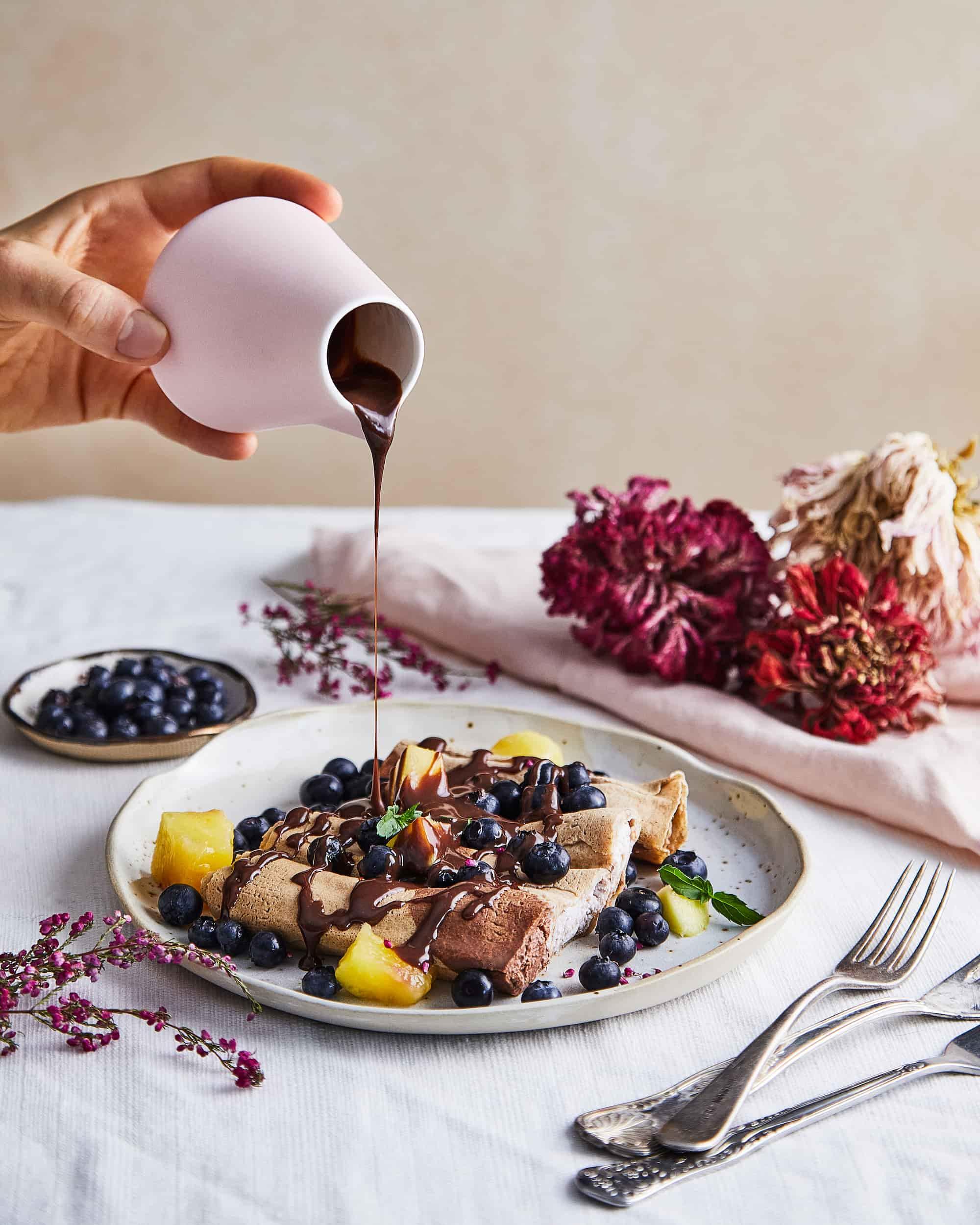 weganski catering dietetyczny nice to fit you - nalesniki z polewa czekoladowa i owocami