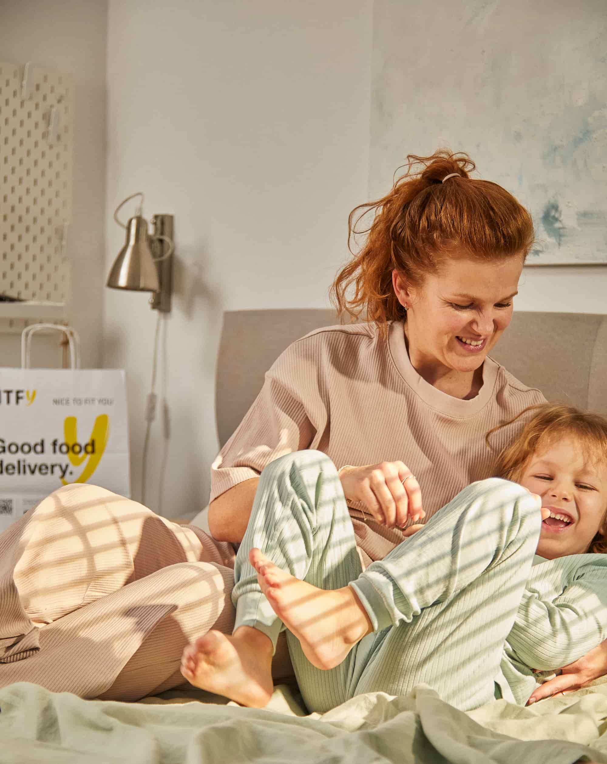 torba cateringu ntfy mama bawi sięz synkiem w łóżku torba ntfy