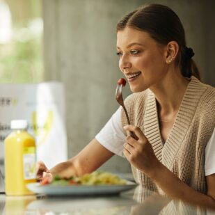 kobieta zdrowo je uśmiech